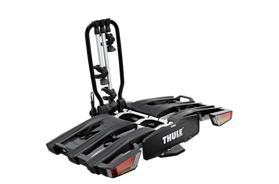 De volledig opvouwbare, compacte en gemakkelijk te gebruiken fietsendrager voor op de trekhaak met geïntegreerde wielen