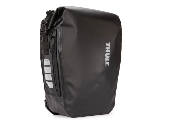 De Thule Shield Pannier is een complete fietstas met een gevoerde laptopsleeve met een waterbestendig ontwerp, perfect voor fietsende pendelaars. De fietstas beschermt uw laptop of tablet tegen regen. Ideaal om te gebruiken voor uw fietsvakantie of fietstocht naar uw werk!